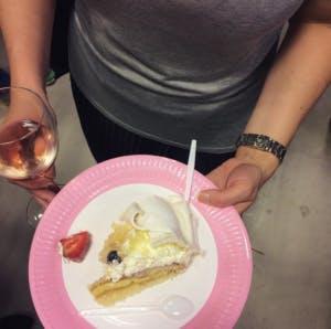 Lite vin och tårta kanske? Det är ju fest menar jag...
